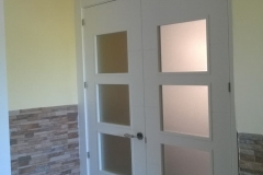 puerta blaca con cristales